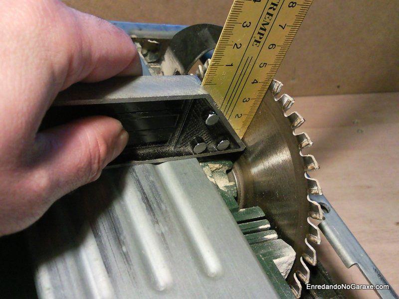 Comprobando la inclinación de corte de la sierra circular