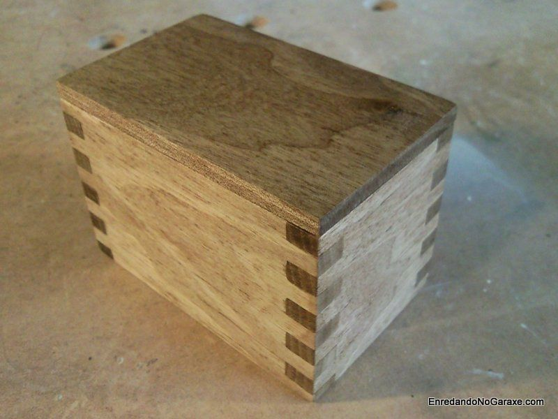 Caja pequeña con uniones de lazos rectos
