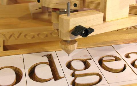 Tallar letras de madera con pantógrafo copiador