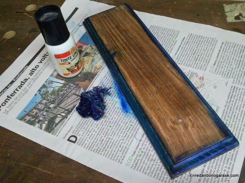 Aplicar tinte azul a la moldura del colgador de pared