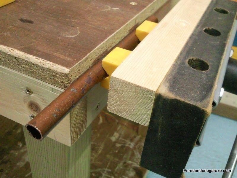 Cómo sujetar tubos con una mordaza de banco de carpintero