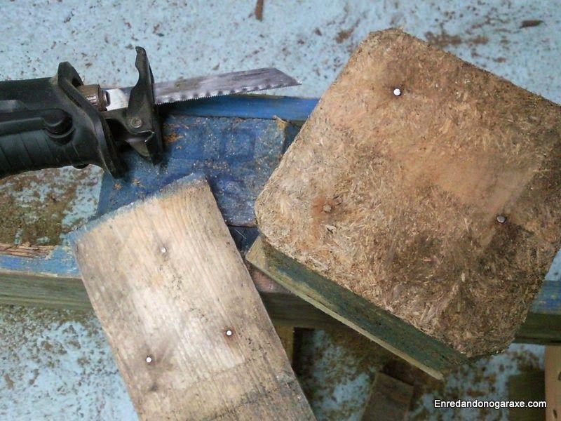Cortar los clavos de un palet con una sierra de sable
