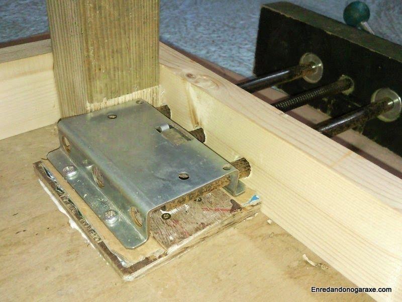 Poner la placa del tornillo de banco de carpintero