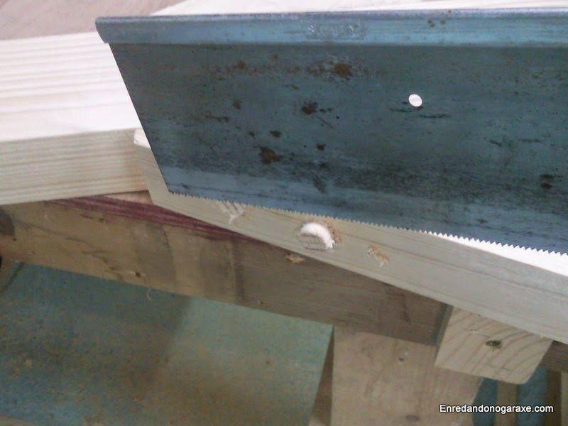 Cortar las espigas utilizadas para ocultar los tornillos.