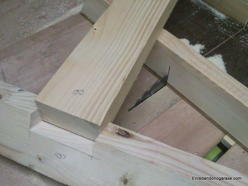 Encajar el poste y hacer la unión en T de los soportes de madera