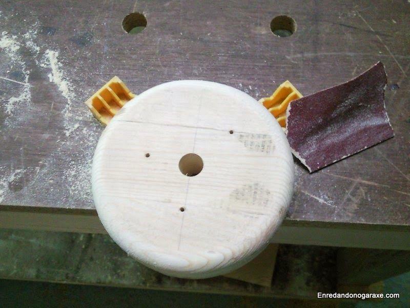 Sujetar y lijar la rueda de madera. enredandonogaraxe.club