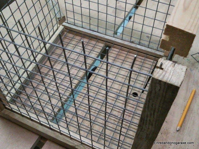 Encajar la malla en las ranuras para hacer la estructura de la jaula. enredandonogaraxe.club