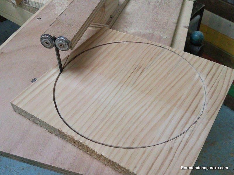 Cortar círculos de madera para la base de la lámpara. enredandonogaraxe.club
