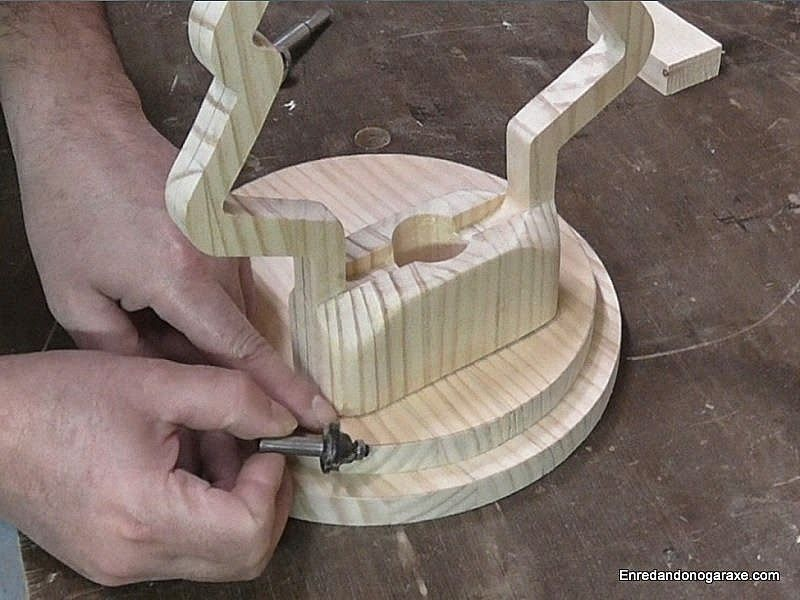 Centrar la lámpara en la base de madera. enredandonogaraxe.club