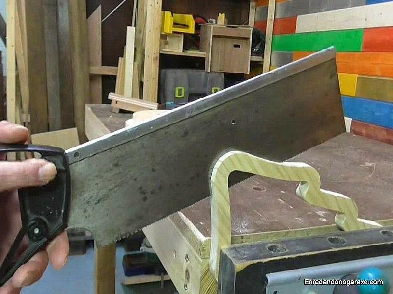 Cortar la pieza de madera en dos mitades simetricas