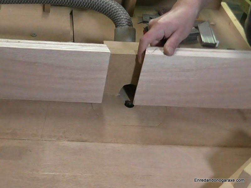 Poner y ajusta la apertura de la guía lateral de la mesa fresadora
