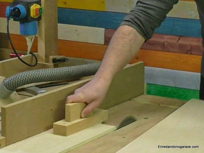 Cortar una tira de contrachapado con la sierra de mesa
