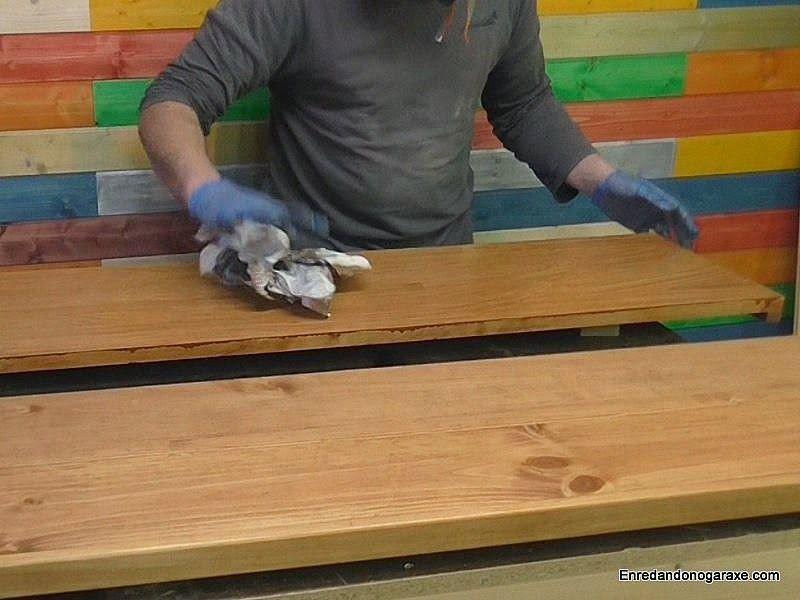 Limpiar el exceso de tinte con papel de periódico