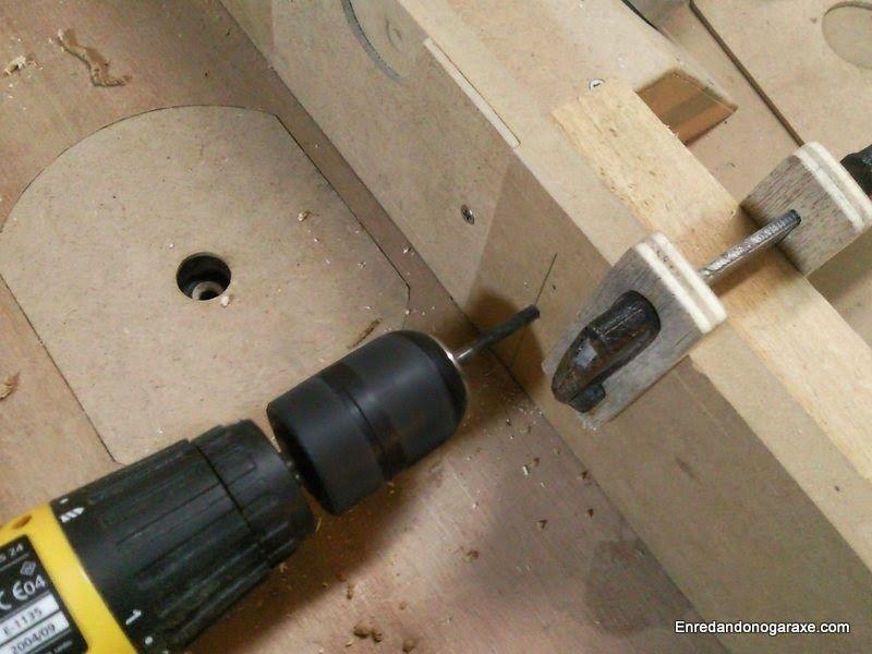 Taladrar agujeros para los tornillos de sujetar y ajustar la guía lateral