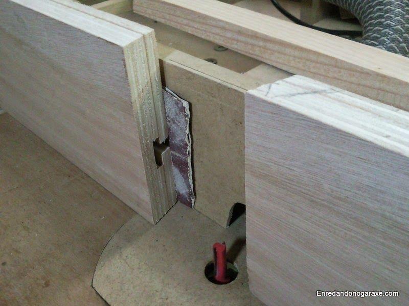 Calzar la guía lateral para usar la mesa fresadora para cepillar madera