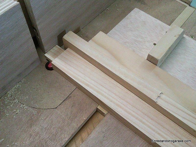 Fresar una espiga de madera con la mesa fresadora y la guía
