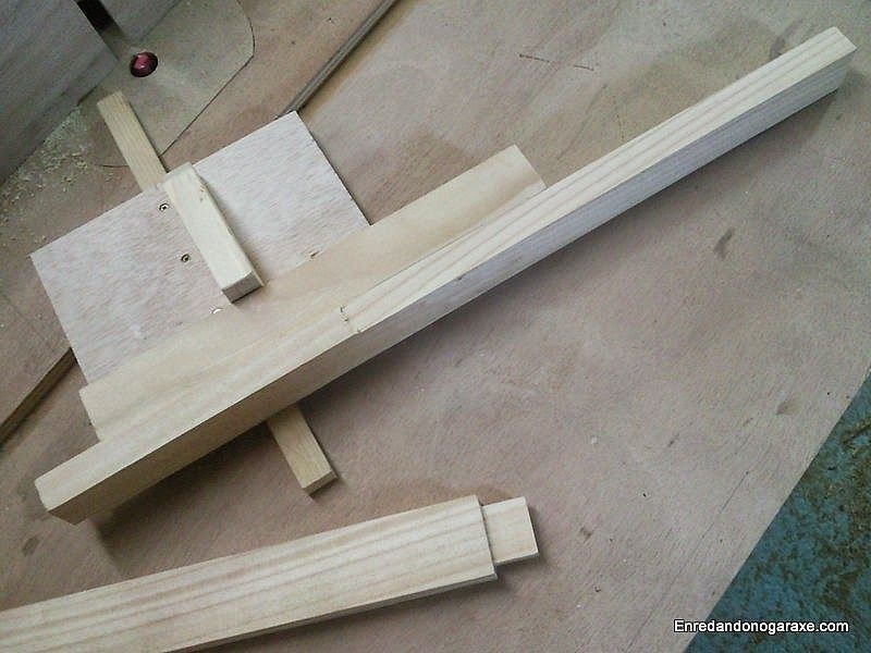 Guide for milling wooden dowels on the router table