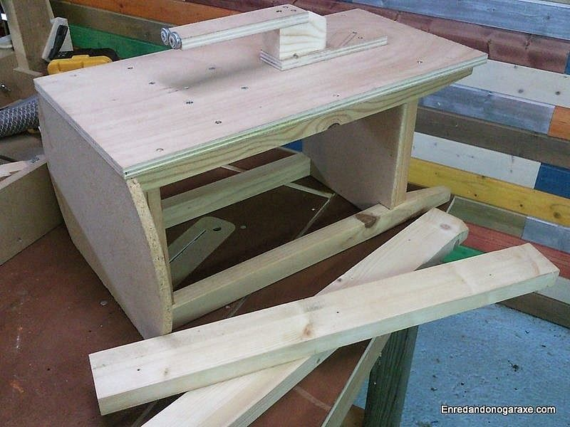 Tablero de la sierra de calar de mesa encima de la mesa camilla