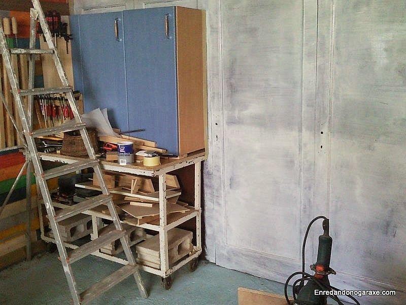 Aplicar una mano de pintura blanca a la pared de puertas