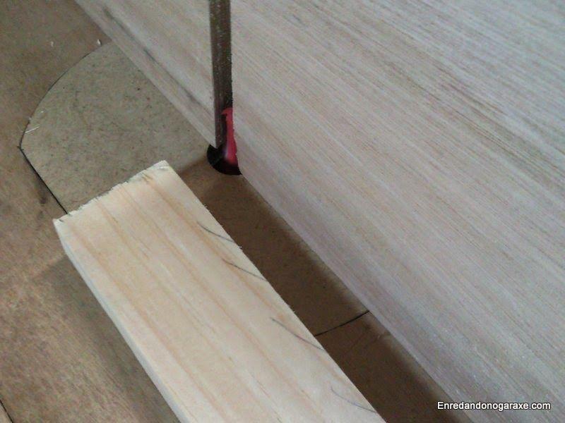 Comprobar la dirección de las vetas de la madera antes de cepillar