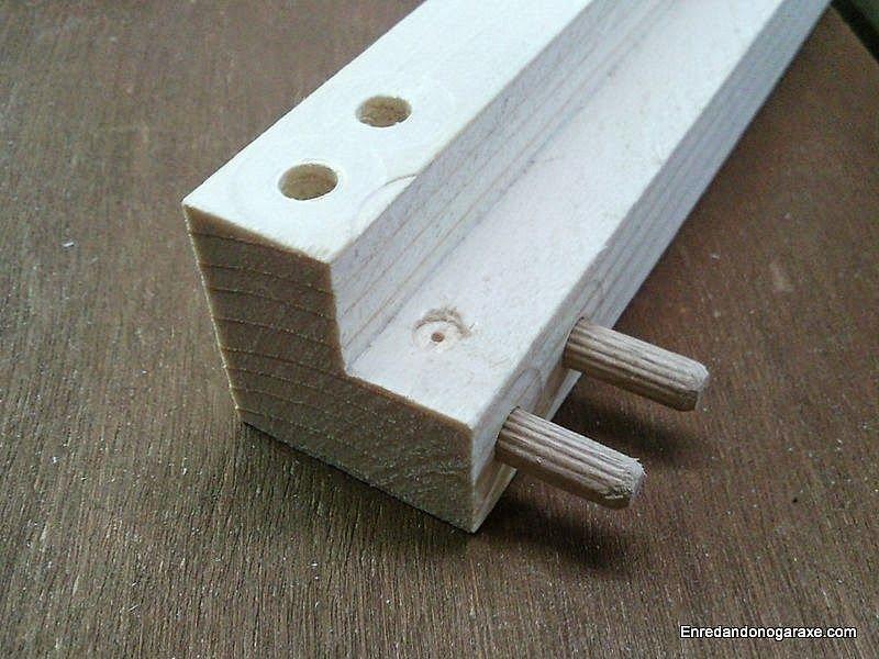 Agujeros y espigas de madera en la piezas verticales de la vitrina