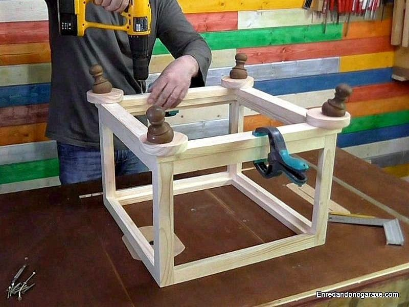 Atornillar la base con las patas a la estructura