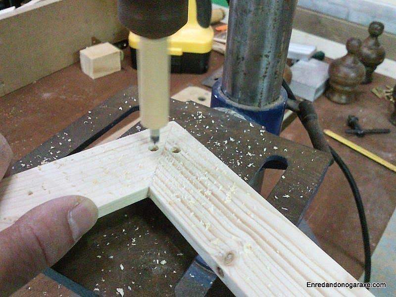 Taladrar agujeros para las espigas en taladro de columna