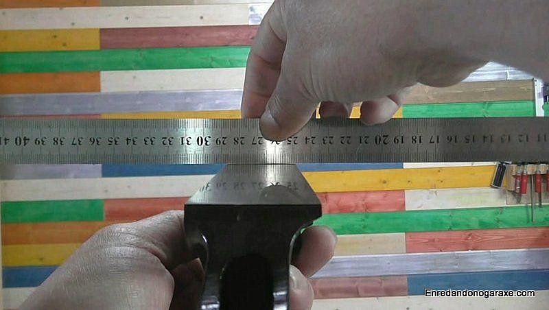 Comprobar la nivelación de la base de metal a lo ancho