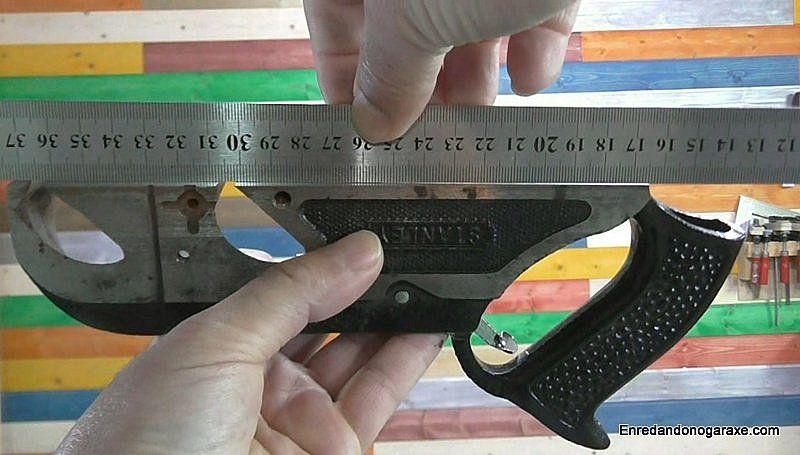 Comprobar la nivelación de la base metálica a lo largo