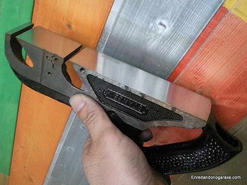 Rectificar y dejar en espejo la base metálica del cepillo