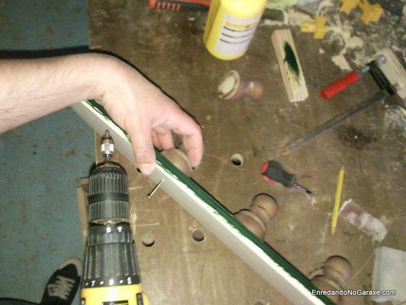 Atornillar los colgadores torneados al tablero