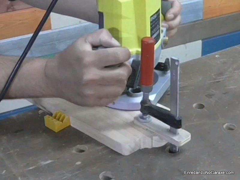 Sujetar la tabla para fresar la moldura