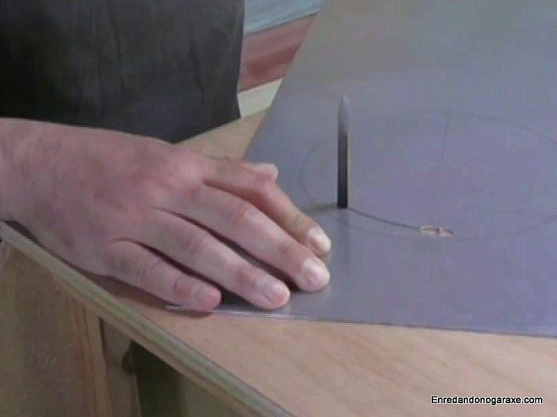 Cortar chapa de metal con la sierra de calar