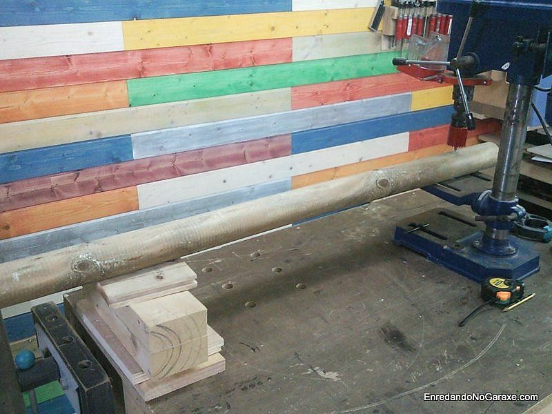 Nivelar el poste en la mesa del taladro de columna