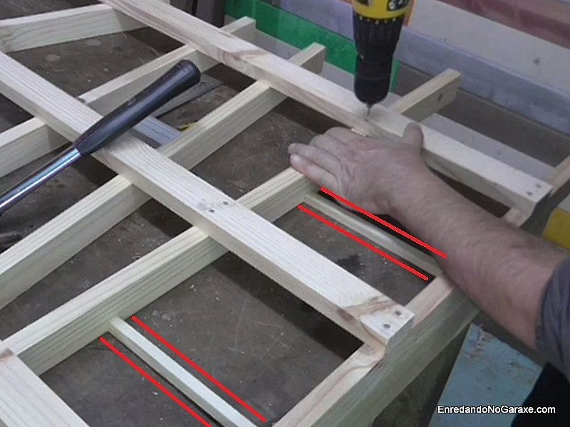 Mantener laos listones a la misma distancia con separadores