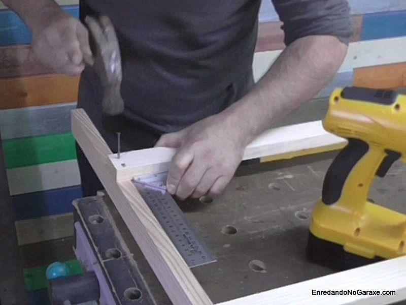 Taladrar agujeros guía y unir los listones con clavos