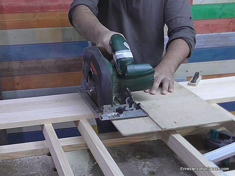 Utilizar la mesa de corte con la guía para cortar a 90 grados