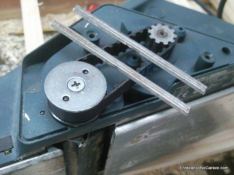 Cambiando la correa y las cuchillas de un cepillo eléctrico