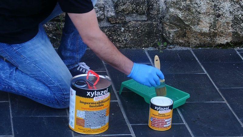 Aplicando impermeabilizante para superficies porosas a brocha