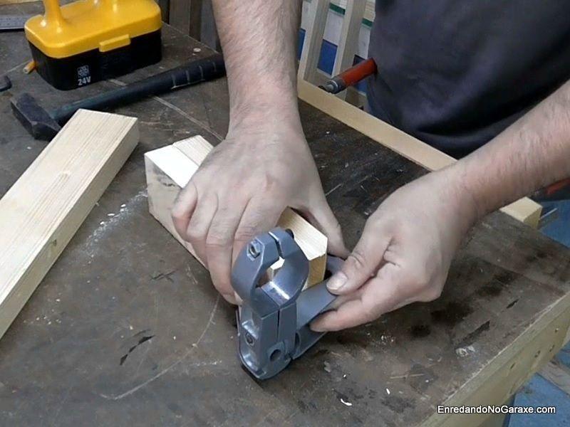 Encajar y atornillar el soporte del taladro a una pieza de madera