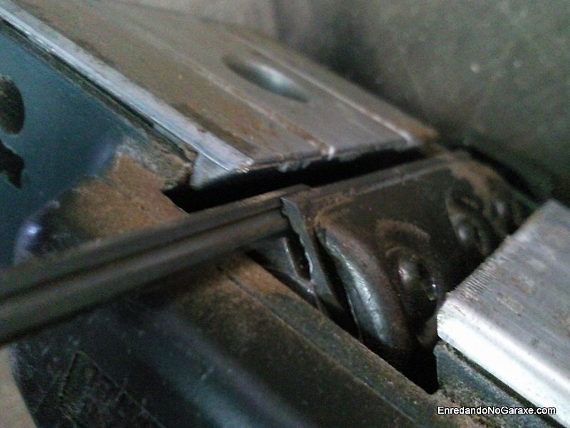 Girar o cambiar las cuchillas en el portacuchillas del cepillo