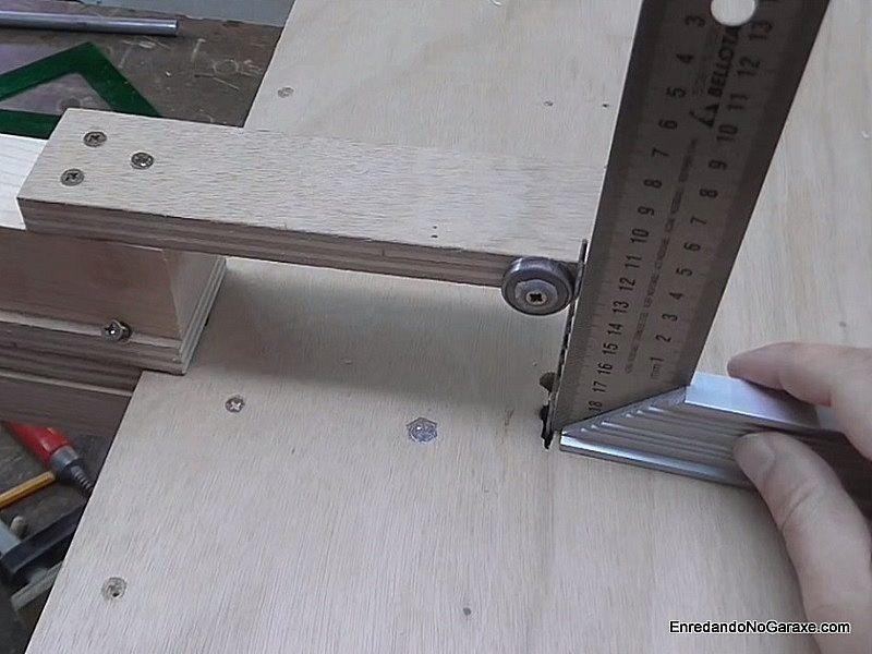 Ajustar la posición del soporte que guía la hoja de la caladora