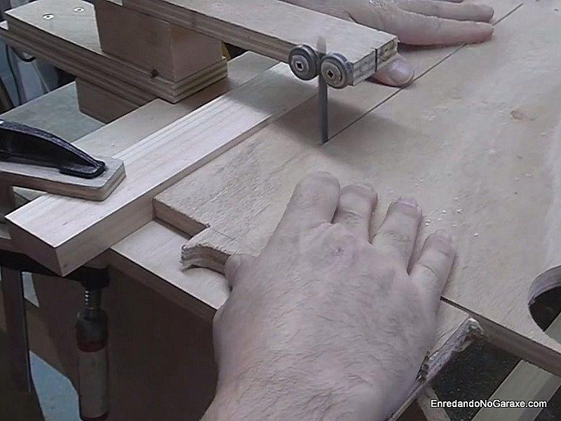 Hacer cortes rectos en madera de contrachapado con la caladora de mesa