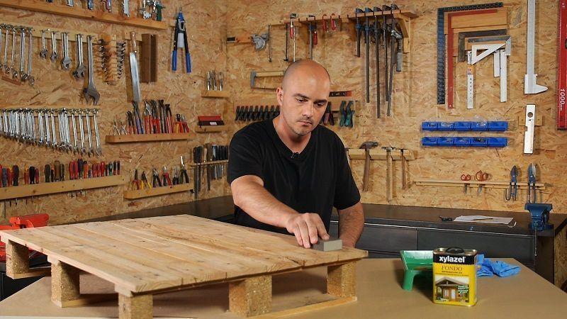 Lijar y limpiar la madera del mueble de palet