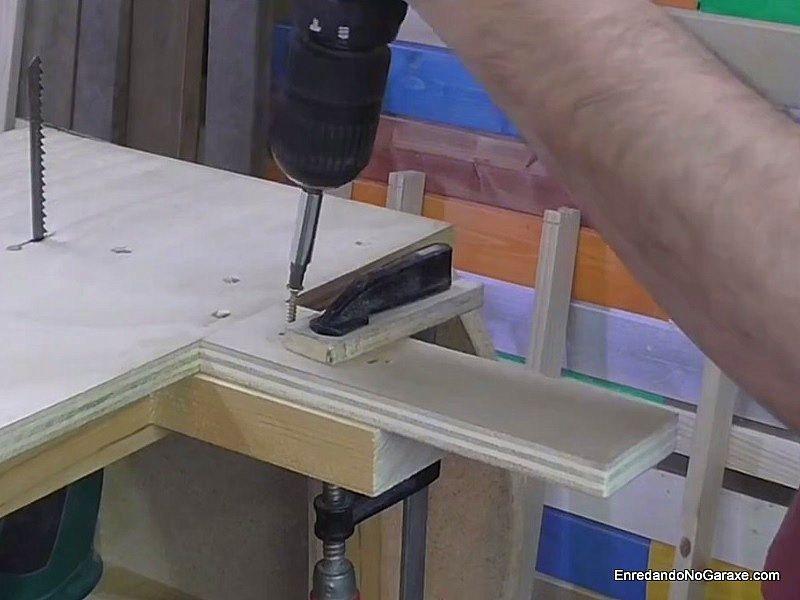 Nivelar el taco que sirve de plataforma con una pieza de contrachapado