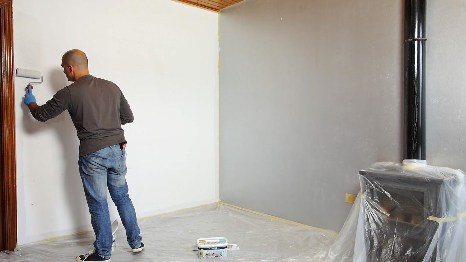 Aplicar con brocha y rodillo la pintura ecológica al agua