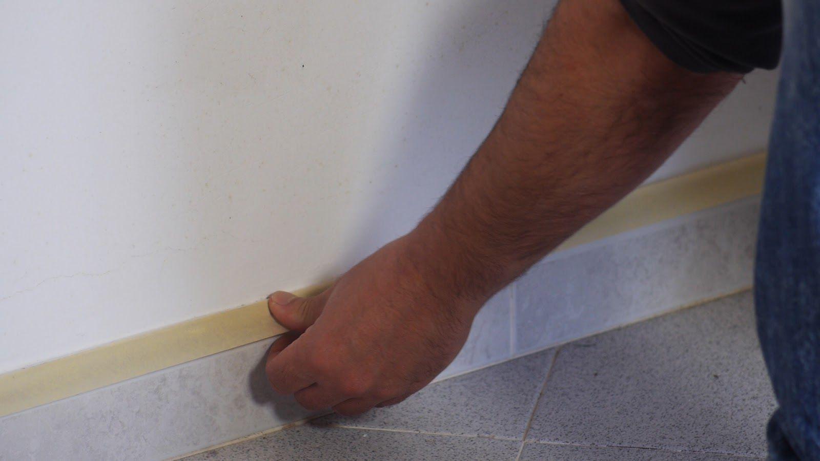 Proteger con cinta de carrocero marcos, rodapiés y enchufes