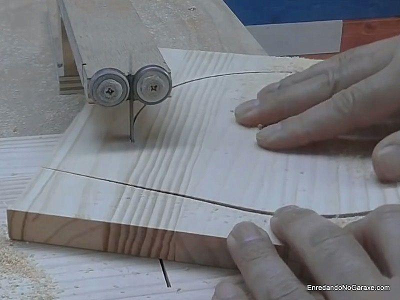 Girar la madera en la guía hasta cortar el círculo