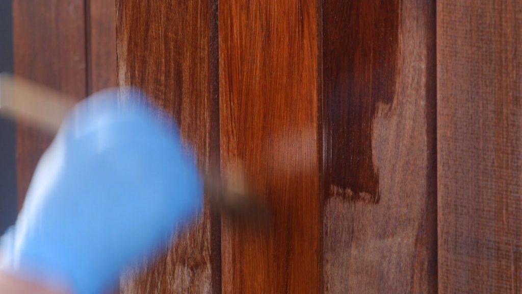 Aplicar el lasur para proteger la madera de exterior con brocha o rodillo