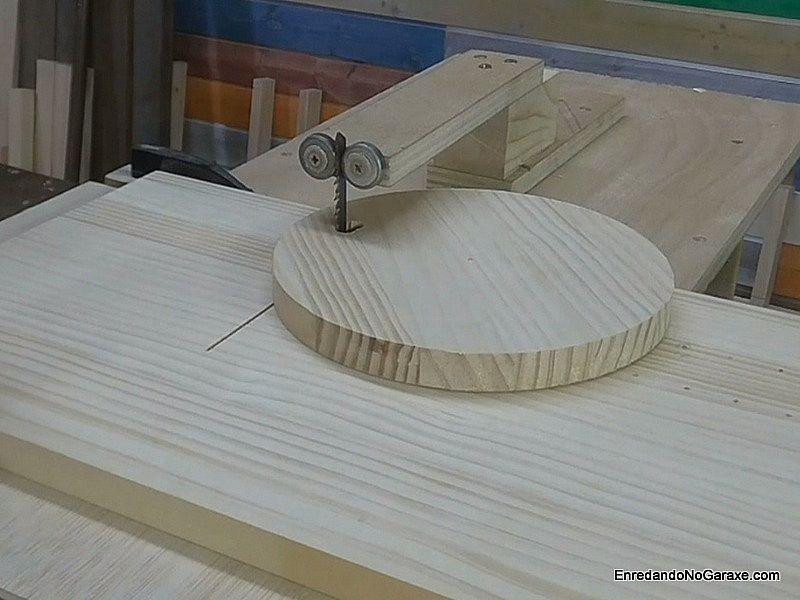 Poner la madera en la guía para cortar círculos